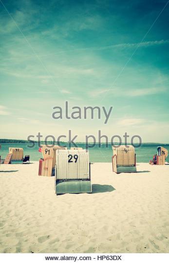 Strand Stühle nostalgischen Korb Sommersitz abgedeckt Stockbild