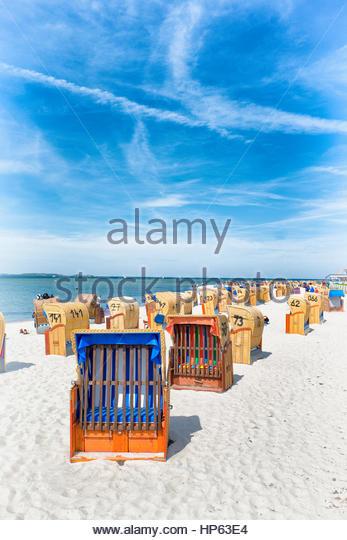 Zeile abgedeckt Strand Stühle nostalgische Sommersitz Stockbild