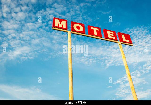 Motel-Schild vor einem blauen Himmel entlang der Route 66, USA; Konzept für eine Reise nach Amerika und Road Stockbild