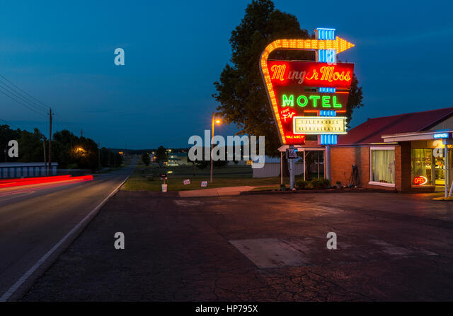 Libanon, Missouri, USA - 7. Juli 2014: Blick auf die Munger Moss Motel in der Nacht entlang der Route 66 in Libanon, Stockbild