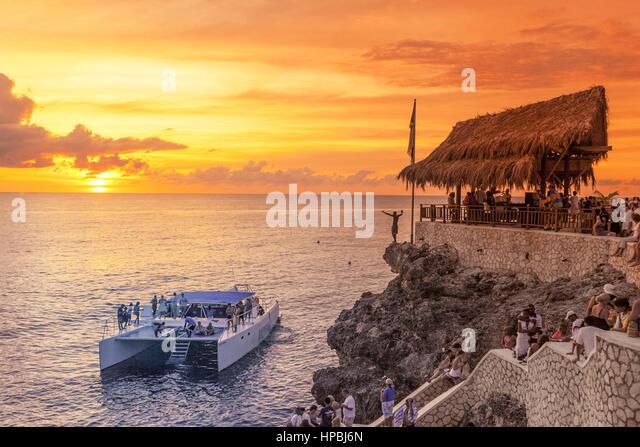 Ricks Cafe Open-Air bar, zappelt Aussichtspunkt am Sonnenuntergang, Katamaran, Nachtleben, Negril Jamaika, Stockbild