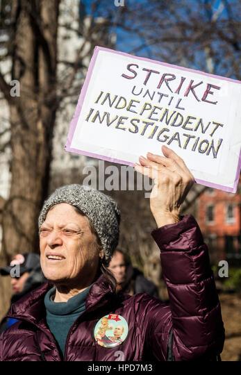 New York, USA 17. Februar 2017 - Aktivisten versammelten sich in Washington Square, in der Solidarität mit Stockbild