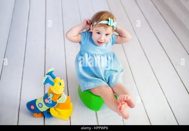 little girl toilet paper stockfotos little girl toilet paper bilder alamy. Black Bedroom Furniture Sets. Home Design Ideas