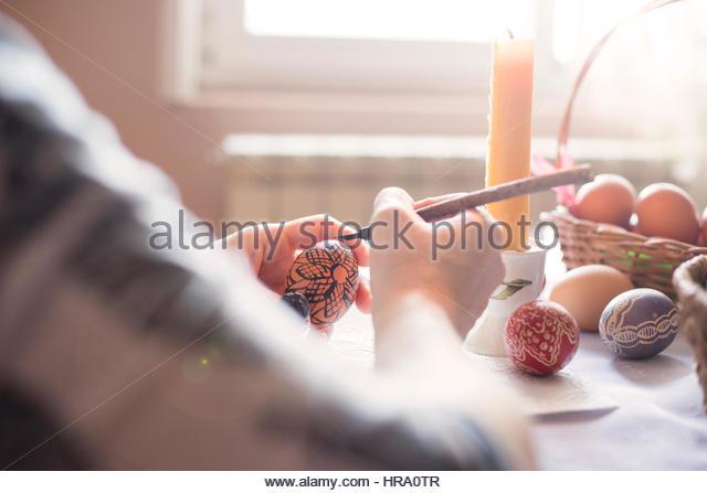 Färbung ein Osterei mit Wachs Stockbild