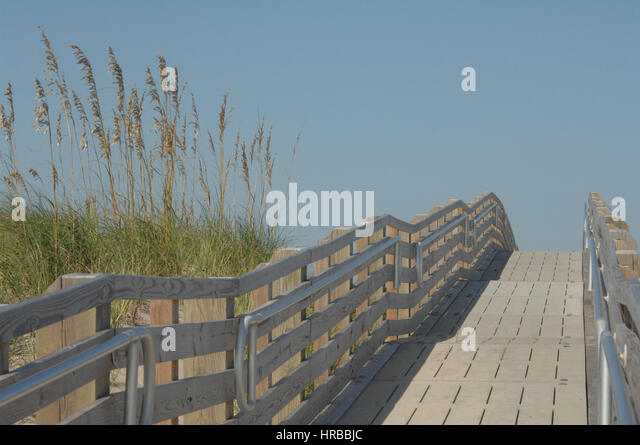 Promenade zum Strand durch Sanddünen, Outer Banks, North Carolina Stockbild
