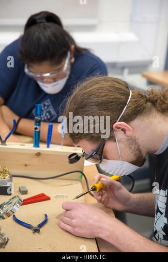 Studierende an einer Fachhochschule lernen Elektronik Stockbild