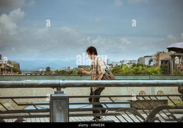 Japanischen Kinki Region Kyoto Präfektur Kyoto-Shi Sanjo Ohashi Brücke über Fluss Kamo, Menschen Stockbild