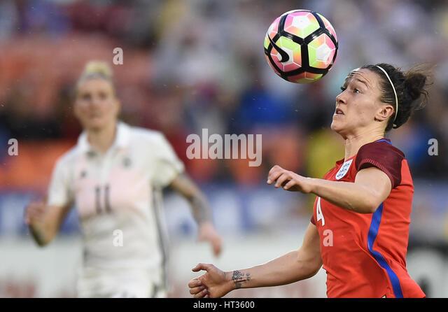 Washington DC, USA. 7. März 2017. Englands Lucy Bronze (4) hält ihr Auge auf den ball während des Stockbild
