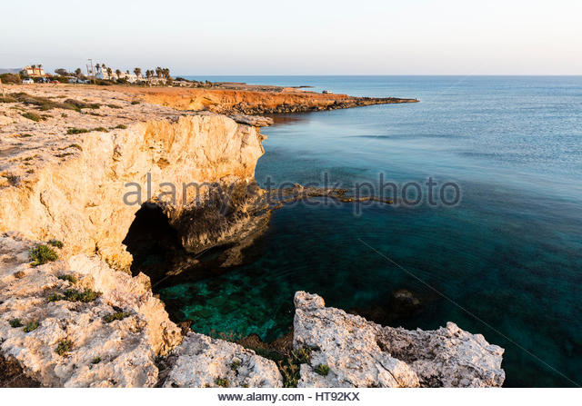 Meeresgrotten entlang der felsigen Küste von Mittelmeer bei Sonnenuntergang, Ayia Napa, Zypern Stockbild