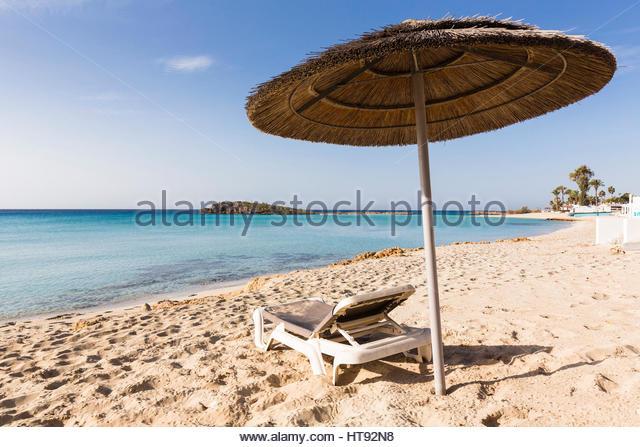 Sonnenschirm und Lounge Strandkorb am Nissi Strand Nissi Beach Resort in Agia Napa, Zypern Stockbild