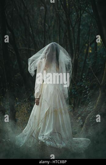 Gruselige einsame Braut in nebligen Wäldern. Halloween konzeptionellen Stockbild