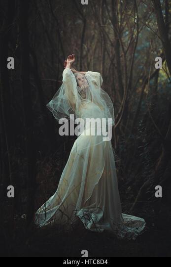Traurige Braut mit Schleier in den Wald. Dunkel und surreal Stockbild