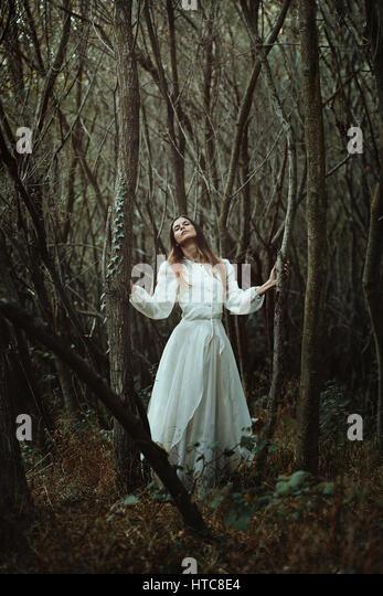 Romantische Frau auf der Suche nach Weisheit der Natur. Ätherisch Wald Stockbild
