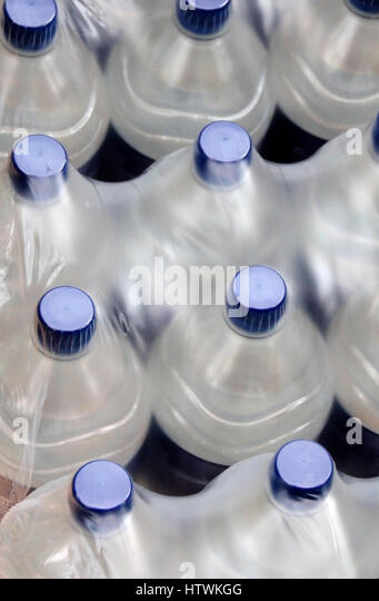 Wasser in Flaschen Stockbild