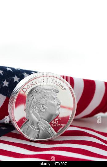 Präsident Donald Trump auf einen Silberdollar mit USA Flagge Hintergrund. Stockbild