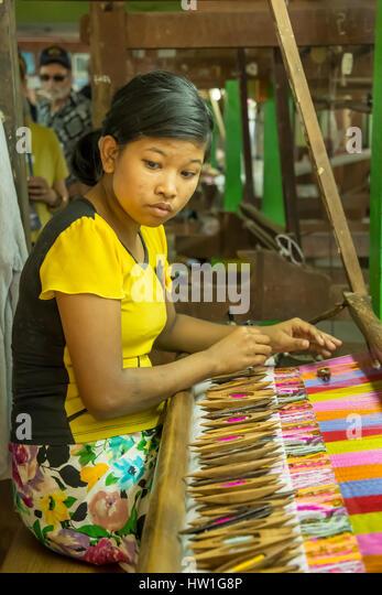 Seide weben Fabrikarbeiter in der Nähe von Amarapura, Myanmar Stockbild