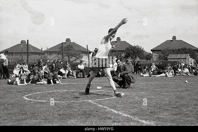 1940er Jahre, schleudert Schüler des Diskus ein Schulsporttag, England. Stockbild