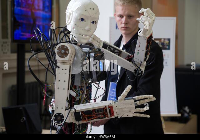 Ein junger Wissenschaftler testen einen menschenähnlichen Roboter bei der Robostation im Moskauer WDNCh Exhibition Stockbild