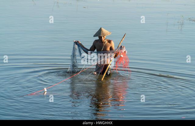 Fischer mit Netz in Taungthaman See, Amarapura, Mandalay, Myanmar Stockbild