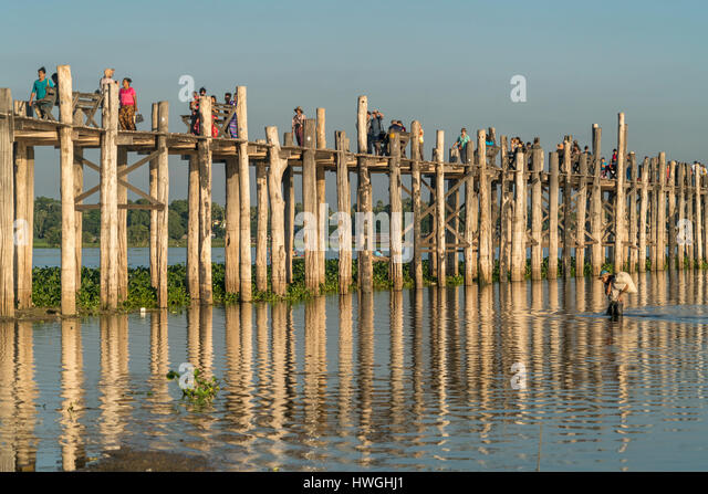 U Bein Brücke über den Taungthaman See, Amarapura, Mandalay, Myanmar Stockbild