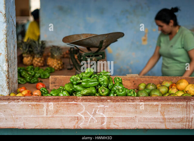 Bayamo, Kuba - 13. Januar 2016: Typische Szene aus einer der Märkte, wo die Kubaner ihre Früchte und Gemüse Stockbild