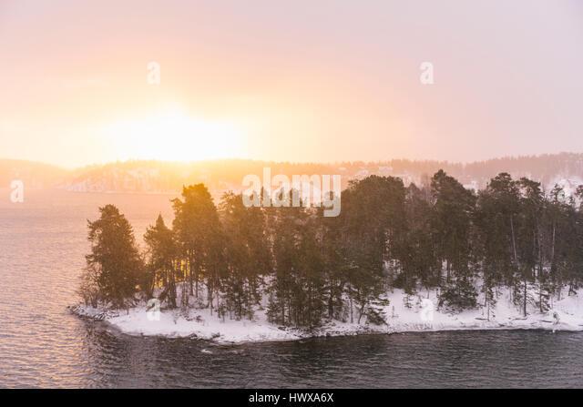 Winterliche in Schweden und eine Insel ist die Stockholmer Schären, von einer Fähre aus gesehen. Stockbild