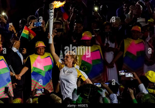 Rio De Janeiro, Brasilien. 5. August 2016 Hortência Marcari mit der Olympischen Fackel in das Stadion für Stockbild