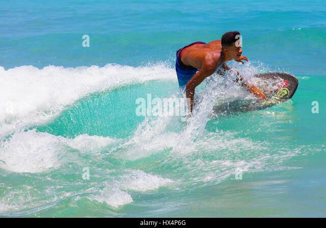 Junge Surfer in der Nähe von Lopes Mendes Beach. Ilha Grande, RJ, Brasilien. Stockbild