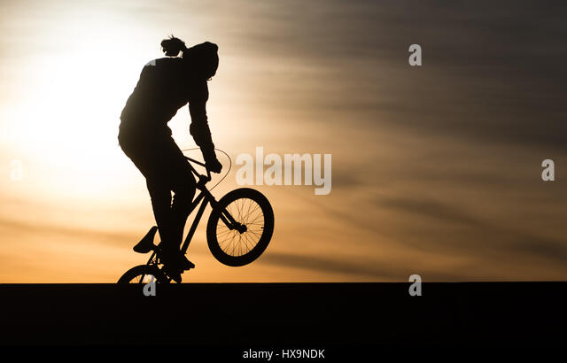 Berlin, Deutschland. 25. März 2017. Ein BMX-Biker in Aktion bei Sonnenuntergang am Tempelhofer Feld (lit.) Stockbild