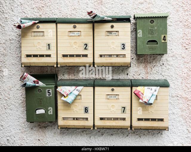 Junk-Mail anf Flyer in Briefkästen Stockbild