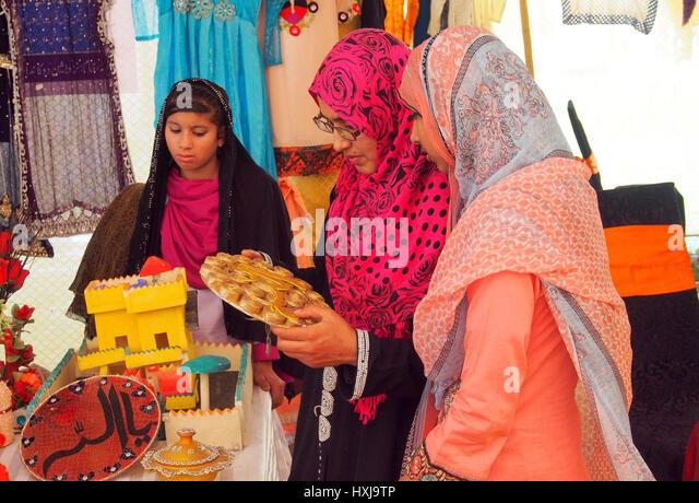 Frauen nehmen gerne Intrest Handwerk Exibition Organizid durch Sanat Zar in gujranranwala Stockbild