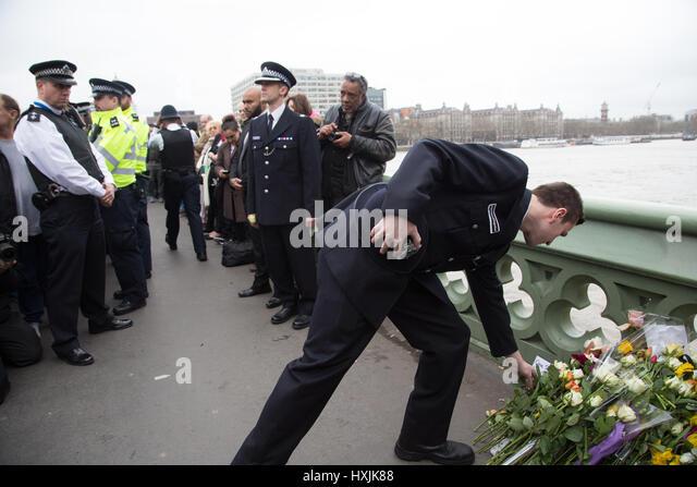 London, UK. 29. März 2017. Ein Polizist legt Blumen Tribut während eine Mahnwache zum Gedenken an die Stockbild