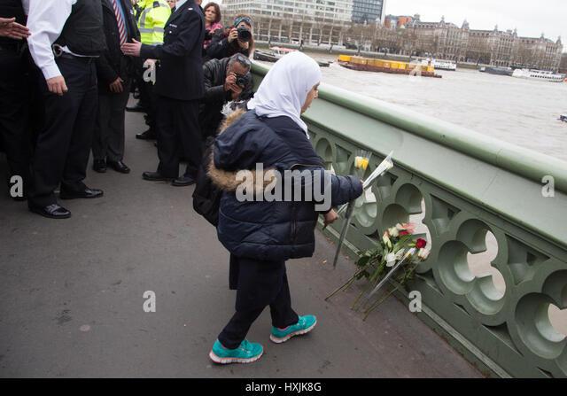 London, UK. 29. März 2017. Muslime Kinder legen floral Tribute in eine Mahnwache zum Gedenken an die Opfer Stockbild