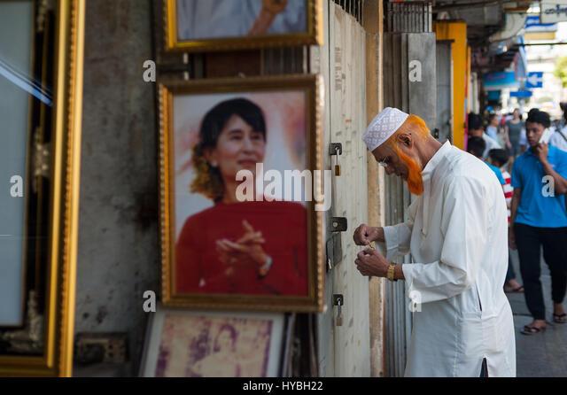 04.02.2017, Yangon, Republik der Union von Myanmar, Asien - ein Bild von Aung San Suu Kyi ist nahe dem Eingang eines Stockbild