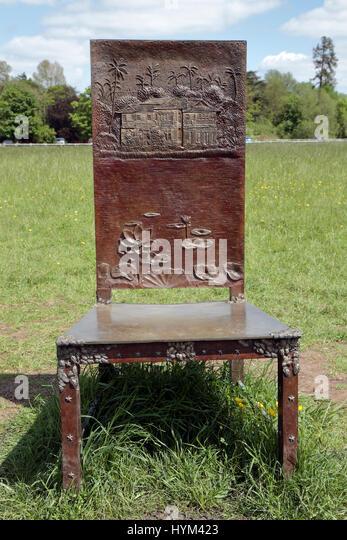 """Stuhl mit Haus in Yangon, Birma, wo Aung San Suu Kyi unter Hausarrest gehalten wurde: """"Die Juroren"""" Artwork Stockbild"""
