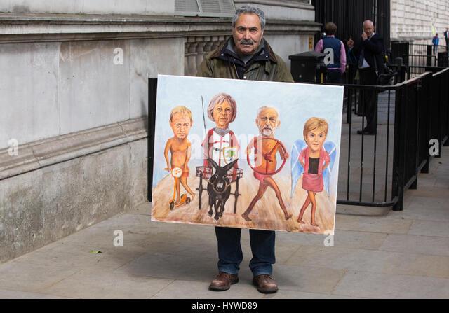 London, UK. 26. April 2017. Politischer Künstler Kaya Mar steht vor Downing Street mit seiner neuesten Malerei Stockbild