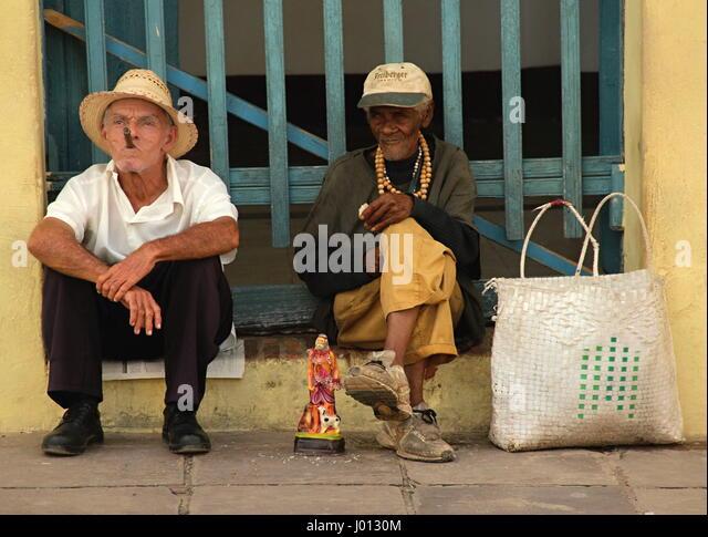 Cubanos posiert für Touristen für Foto, rauchen Zigarren, Trinidad Kuba Stockbild