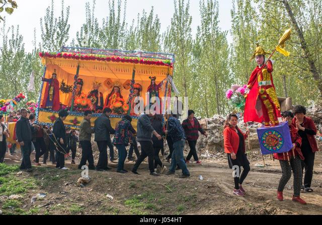 Lokale Dorfbewohner besuchen eine jährliche Taoismus Zeremonie zur Feier des Geburtstages von Bixia Yuanjun, Stockbild