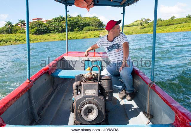 Kubanische selbständige Mann geben Touren im Naturpark Hanabanilla in privaten Motorboot Stockbild
