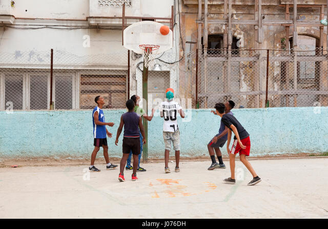 Junge Kubaner spielen Basketball in Alt-Havanna, Kuba. Stockbild