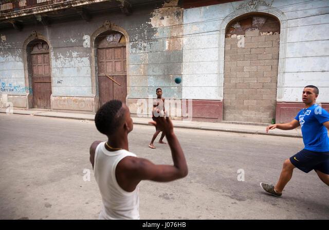 Junge Kubaner Handballspielen in der Straße in Alt-Havanna, Kuba. Stockbild
