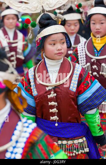 Miao Mädchen tanzen am Festival nr Kaili, Provinz Guizhou, China Stockbild