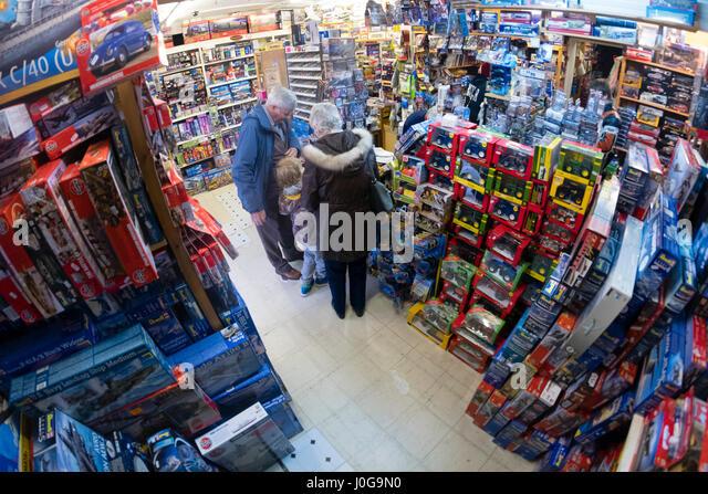 """Kunden kaufen Modell Spielzeug in """"The Albatros"""" traditionellen altmodischen Spielzeug, Hobby und Modell Stockbild"""