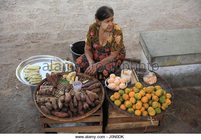 Frau Anbieter traditionelle andine Kleidung verkaufen frische produzieren auf einem belebten Saquisili Markt in Stockbild