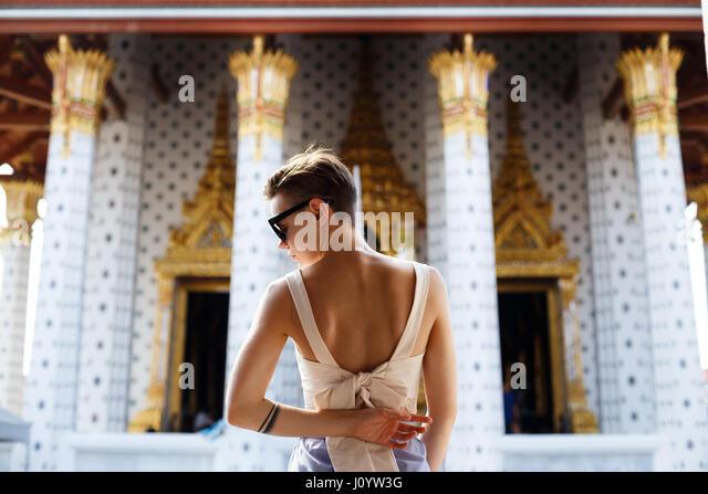 Schöne Mädchen ist Fuß und Tempel zu erkunden. Sonnenuntergang auf dem Hintergrund. Stockbild