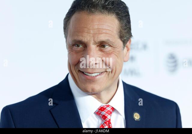 New York, USA. 19. April 2017. Gouverneur von New York, Andrew Cuomo kommt bei der 2017 Tribeca Film Festival Opening Stockbild