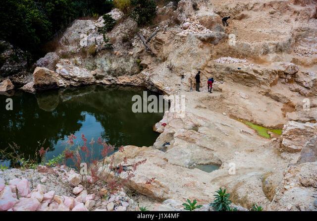 Ein Steinbruch von hand gegraben durch handwerkliche Rosenquarz Bergleute in der Nähe von Mzimba, Malawi Stockbild