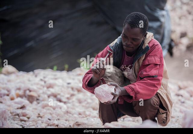Handwerklichen Rosenquarz Bergmann in der Nähe von Mzimba, Malawi Stockbild