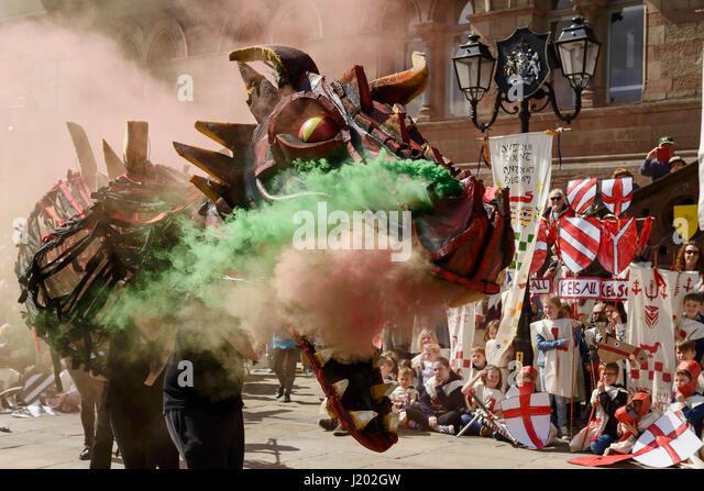 Chester, UK. 23. April 2017. Ein Rauch speienden Drachen macht einen Eingang im Rahmen des Str. Georges Tag mittelalterlichen Stockbild