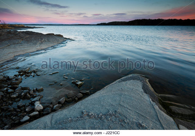 Bunte April Abend Himmel in die See Vansjø, Østfold Fylke, Norwegen. Stockbild